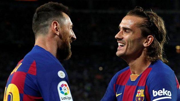 Antoine Griezmann a Lionel Messi slaví branku v síti Villarrealu