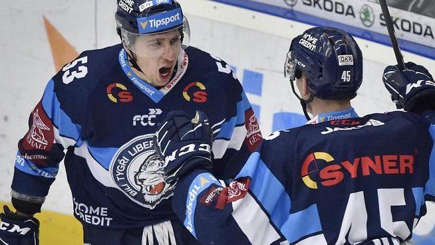 Zleva Jaroslav Vlach a Jan Ordoš, oba z Liberce, se radují z gólu.