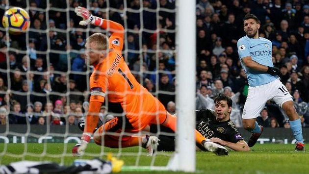 Manchester City válí dál... Sergio Agüero dává gól Leicesteru.