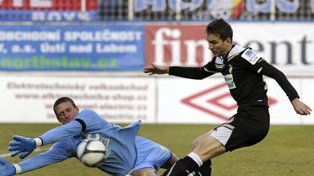 Marek Bakoš střílí gól teplickému brankáři Tomáši Grigarovi.