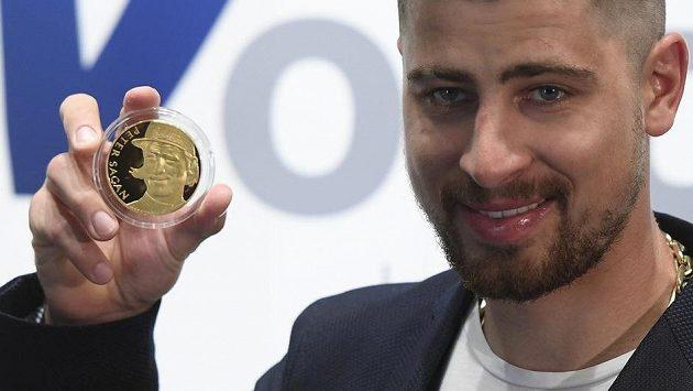 Slovenský cyklista Peter Sagan s pamětní zlatou medailí, která byla vydána k oslavě jeho tří vítězství na MS v silničním závodě.