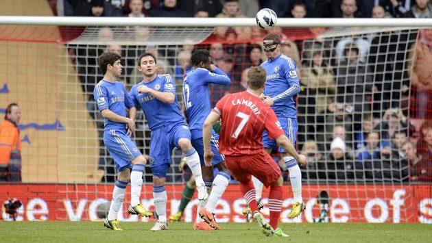 Rickie Lambert ze Southamptonu obstřeluje zeď Chelsea a střílí gól.
