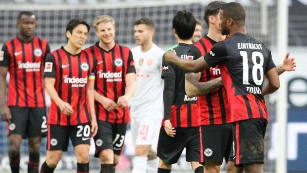 Fotbalisté Frankfurtu se radují z branky do sítě Bayernu Mnichov
