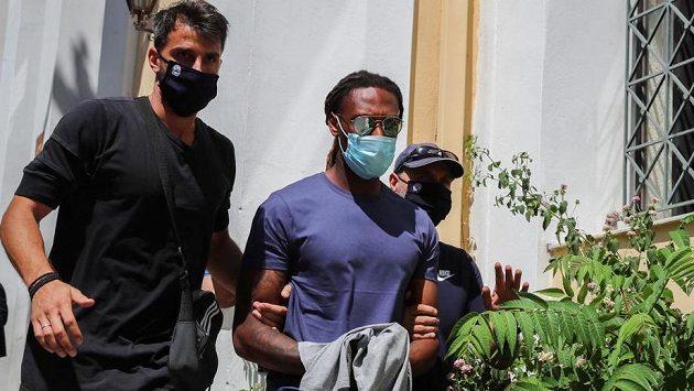 Portugalský obránce Rúben Semedo opouští budovu státní prokuratury v Aténách.