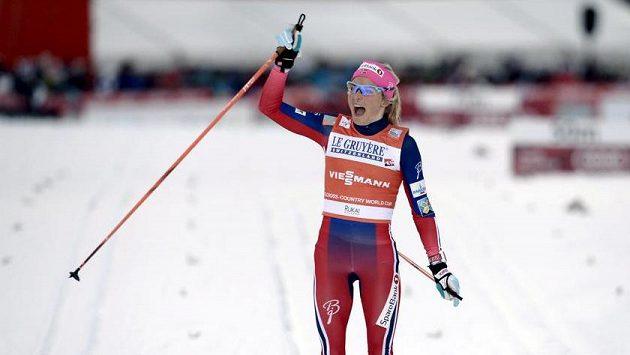 Therese Johaugová slaví po dojetí do cíle.
