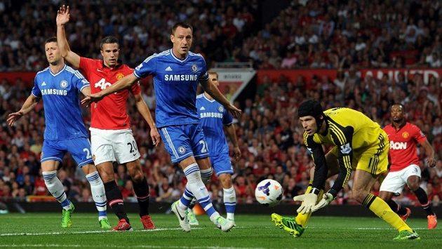 Brankář Petr Čech (ve žlutém) si v pondělním zápase na Old Trafford připsal 200. vychytanou nulu v dresu Chelsea.