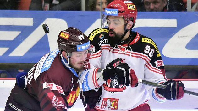 Sparťan Richard Nedomlel (vlevo) v souboji s Richardem Jarůškem z Hradce Králové.