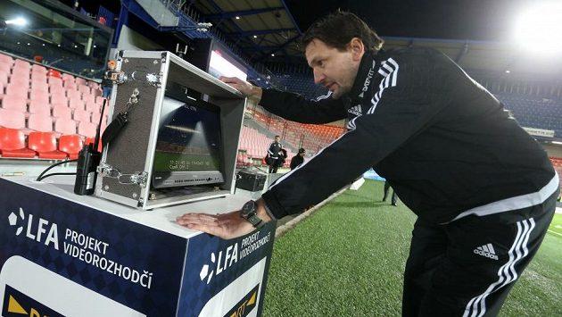Videorozhodčí Roman Hrubeš před zápasem Sparty s Mladou Boleslaví s monitorem u plochy, který byl připraven pro hlavního rozhodčího Karla Hrubeše.