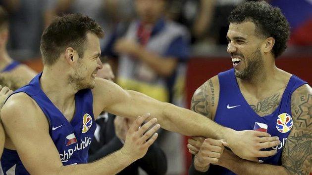 Jaromír Bohačík a Blake Schilb se radují z vítězství nad Tureckem