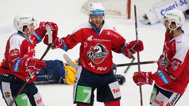 Radoslav Tybor z Pardubic (uprostřed) oslavuje gól se svými spoluhráči - ilustrační foto.