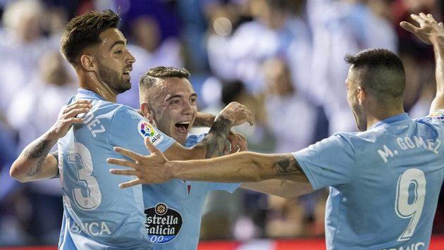Hráči Celty Vigo slaví gól Iaga Aspase proti Barceloně.