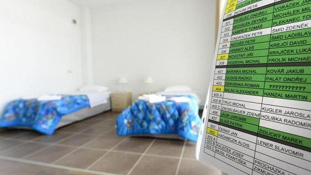 Pokoj, v kterém bude po příjezdu do olympijské vesnice v Soči ubytován hokejista Jaromír Jágr. Vpravo je rozpis čísel pokojů sportovců.