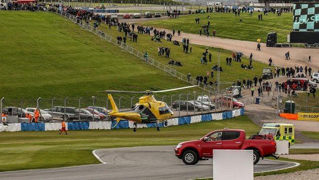 Vrtulník s vážně zraněným Billym Mongerem opouští okruh v Donington Parku.