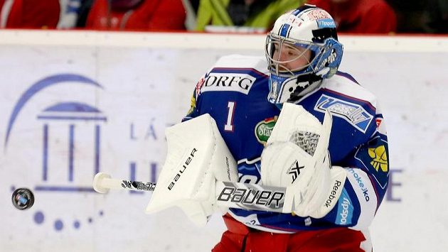 Brankář Brna Marek Čiliak během utkání v třinecké Werk aréně.