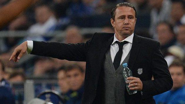 Kdepak lahvičku čiré vody... Trenér Laurentiu Reghecampf potřebuje pro zdar svého týmu vypít před zápasem celou láhev vodky!