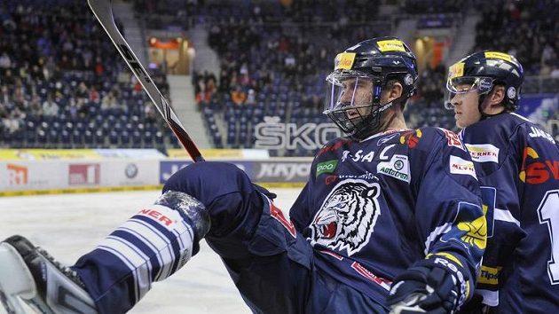 Liberecký Petr Nedvěd s maskou, která kryje jeho operovanou čelist, naskakuje na led.