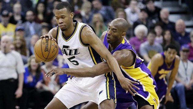 Kobe Bryant se snaží vypíchnout míč Rodneymu Hoodovi z Utahu.