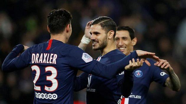 Fotbalisté PSG Julian Draxler, Mauro Icardi a Ángel Di María se radují z branky proti Lyonu.