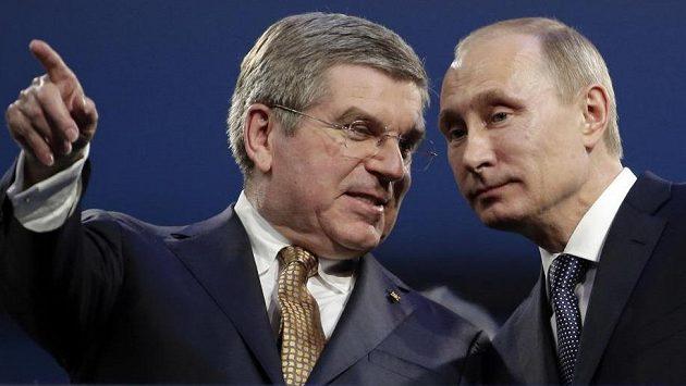 Šéf MOV Thomas Bach (vlevo) a ruský prezident Vladimir Putin.