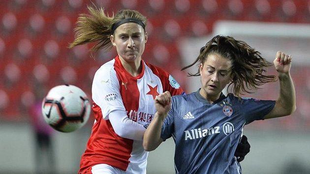 Slávistka Kamila Dubcová (vlevo) v souboji o míč se Sárou Dabritzovou z Bayernu.