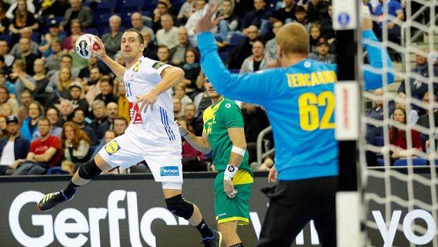 Francouz Michael Guigou střílí na MS gól v utkání proti Brazílii.