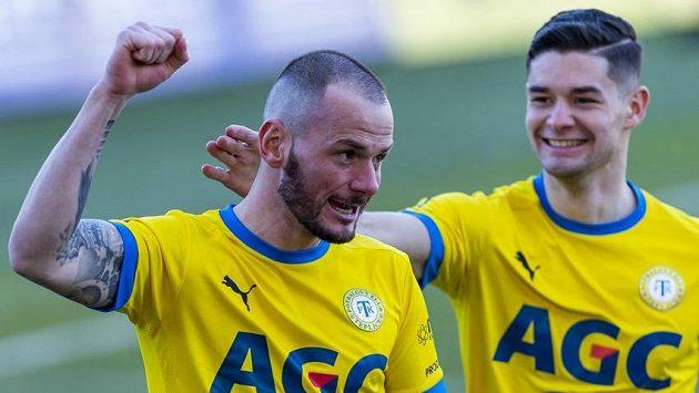 Zleva Pavel Moulis a David Černý z Teplic se radují z gólu.