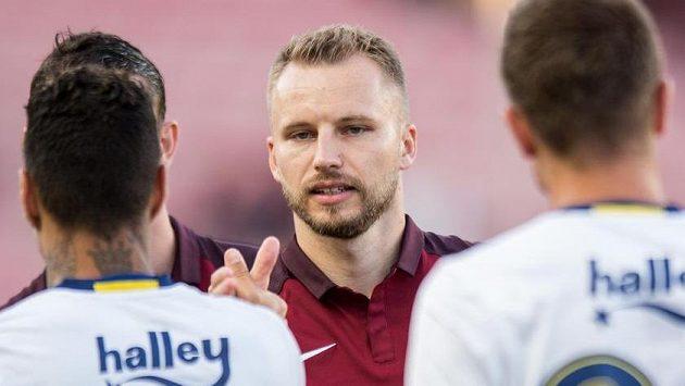 Obránce Sparty Michal Kadlec se zdraví s bývalými spoluhráči z Fenerbahce před přátelským utkáním.