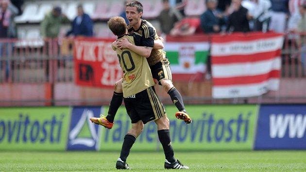 Hráči Znojma Josef Hnaníček (zády) a Roman Hříbek oslavují vyrovnávací gól na půdě Viktorie Žižkov.