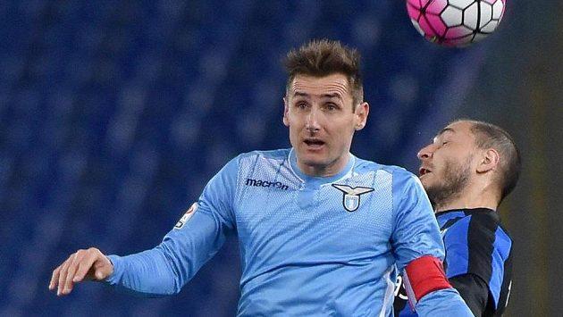 Miroslav Klose (vpředu) v utkání s Atalantou.