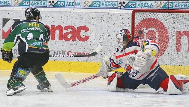 Útočník Karlových Varů Petr Pohl střílí už po sedmnácti vteřinách zápasu gól, v brance Chomutova Martin Růžička.
