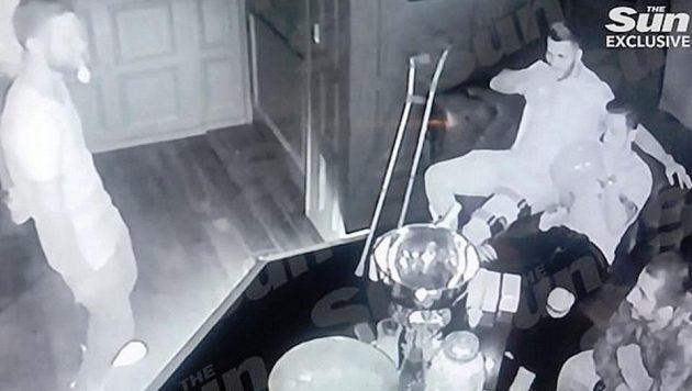 Hvězdy Arsenalu Mesut Özil a Matteo Guendouzi na záznamu bezpečnostní kamery z luxusního klubu v Londýně inhalují rajský plyn.