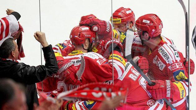 Hokejisté Třince se radují z gólu v zápase proti Mladé Boleslavi.