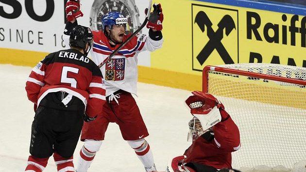 Reakce českého útočníka Petra Koukala (druhý zleva) po neuznaném gólu v semifinále s Kanadou.