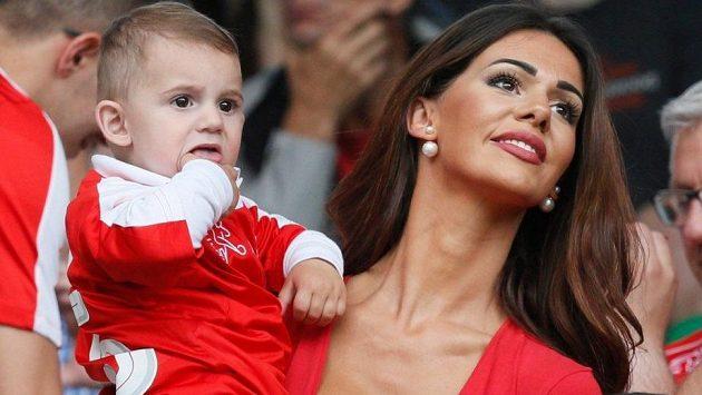 Erjona Sulejmani v náručí se synkem na loňském fotbalovém ME ve Francii.