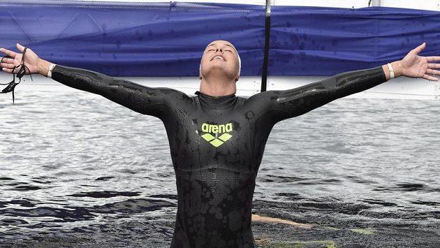 Nizozemská hvězda Sharon Van Rouwendaalová se raduje po triumfu v závodu na 10 kilometrů.