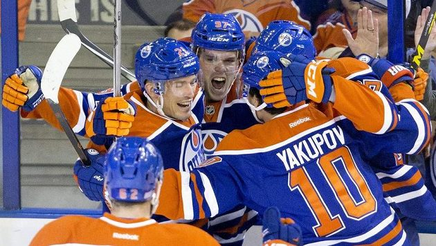 Hokejisté Edmontonu slaví gól Connora McDavida (uprostřed s číslem 97), který překonal Petra Mrázka v brance Detroitu.