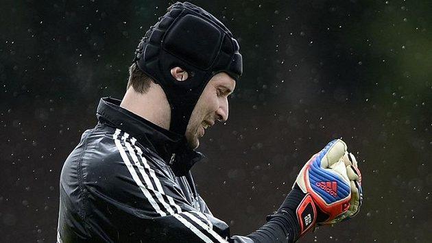 Petr Čech ždímá brankářské rukavice, Chelsea trénuje v Cobhamu na Bayern i v dešti.