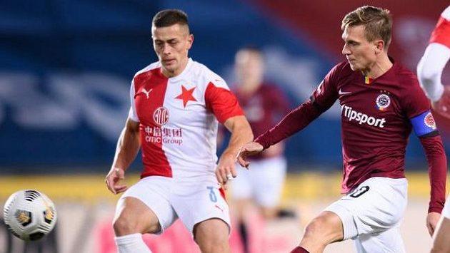 Tomáš Holeš ze Slavie Praha a Bořek Dočkal ze Sparty Praha během prosincového derby.