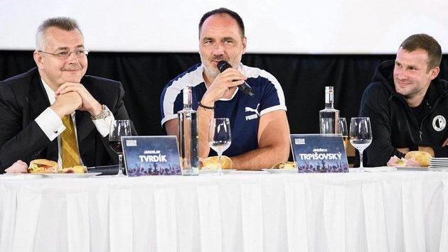 Jaroslav Tvrdík (vlevo), Jindřich Trpišovský a brankář Ondřej Kolář během besedy s fanoušky