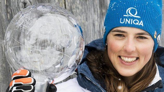 Slovenská lyžařka Petra Vlhová pózuje s velkým křišťálovým glóbem za celkové vítězství ve Světovém poháru.