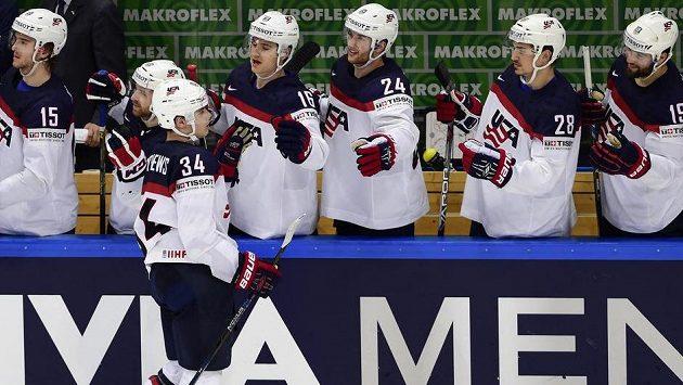 Americký útočník Auston Matthews se raduje se spoluhráči z gólu při samostatných nájezdech.