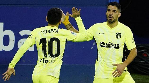 Luis Suárez (vpravo) z Atlétika se raduje po prvním gólu proti Eibaru. Vlevo Ángel Correa.