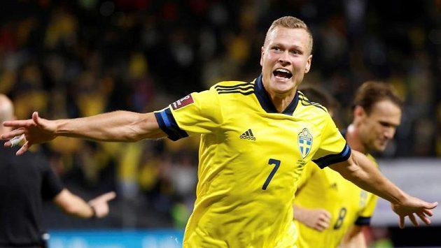Švédský fotbalista Viktor Claesson slaví gól do sítě Španělska.