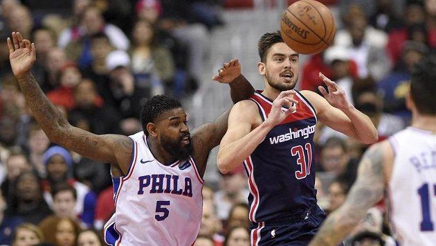Tomáš Satoranský (s míčem) z Washingtonu v utkání NBA proti Philadelphii.