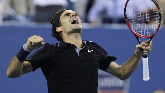 Radost Rogera Federera po posledním míčku ve čtvrtfinálovém duelu s Gaëlem Monfilsem.