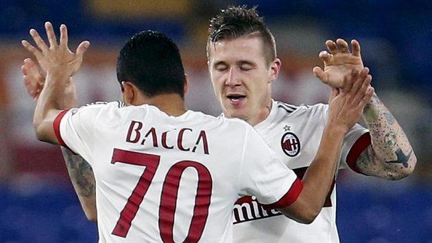 Slovenský záložník Juraj Kucka (vpravo) oslavuje gól proti AS Řím se spoluhráčem z AC Milán Carlosem Baccou.