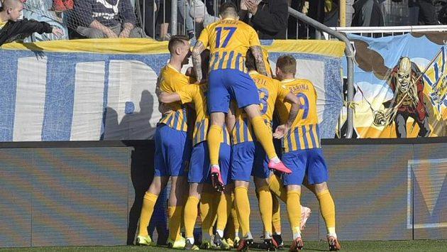 Fotbalisté Opavy se radují z gólu proti Dukle.