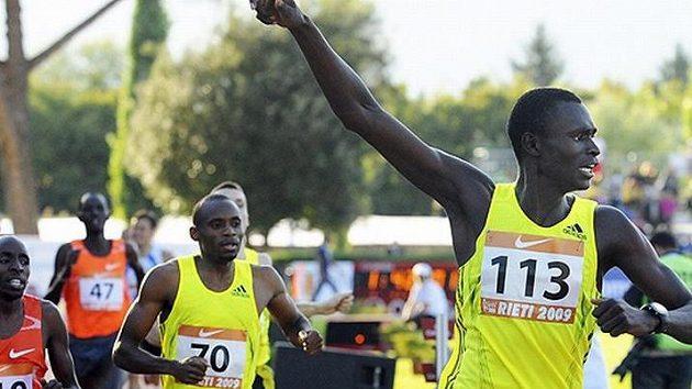 Keňský půlkař David Rudisha (vpravo) na archivním snímku.