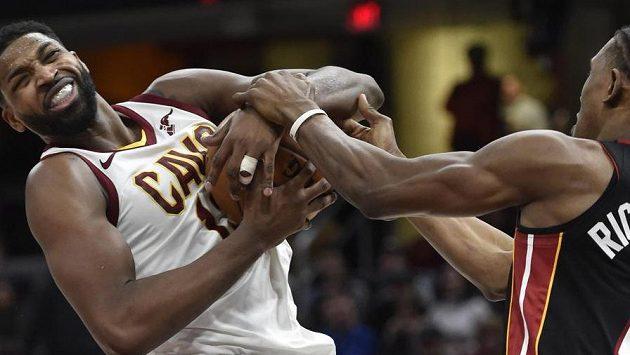 Tristan Thompson (vlevo) z Clevelandu bojuje o míč s Joshem Richardsonem z Miami.