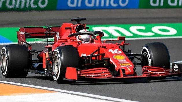 Pilot Ferrari Charles Leclerc během pátečního tréninku na Velkou cenu Nizozemska.